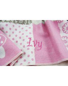 Zachte babydeken in de tinten roze, roomwit en taupe