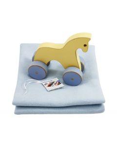 Houten paard van Pastel Toys op babydeken met naam