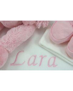 Roze Piggy op tray met babyschoentjes