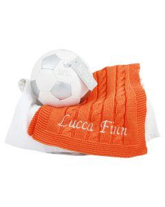 Voetbalmand met oranje gebreide spuuglap