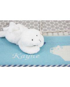 Zeehond knuffel op overslagdeken met ijsbeer, blauw